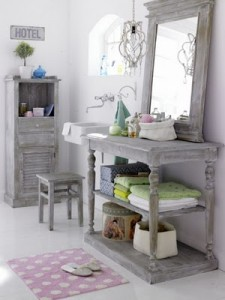 Gray vanity and mirror (junkgardengirl.blogspot.com)